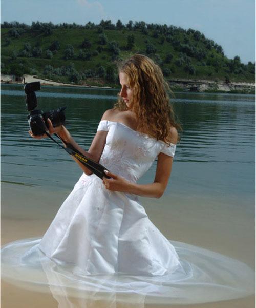 Фотомодель в белом платье с