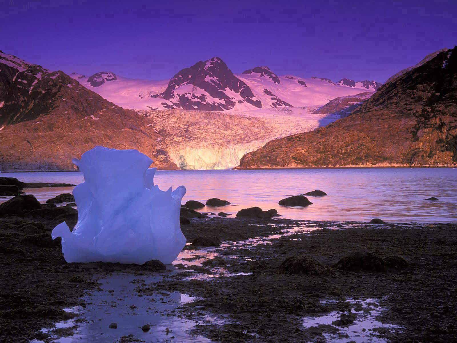 Глыба льда у горного озера фото